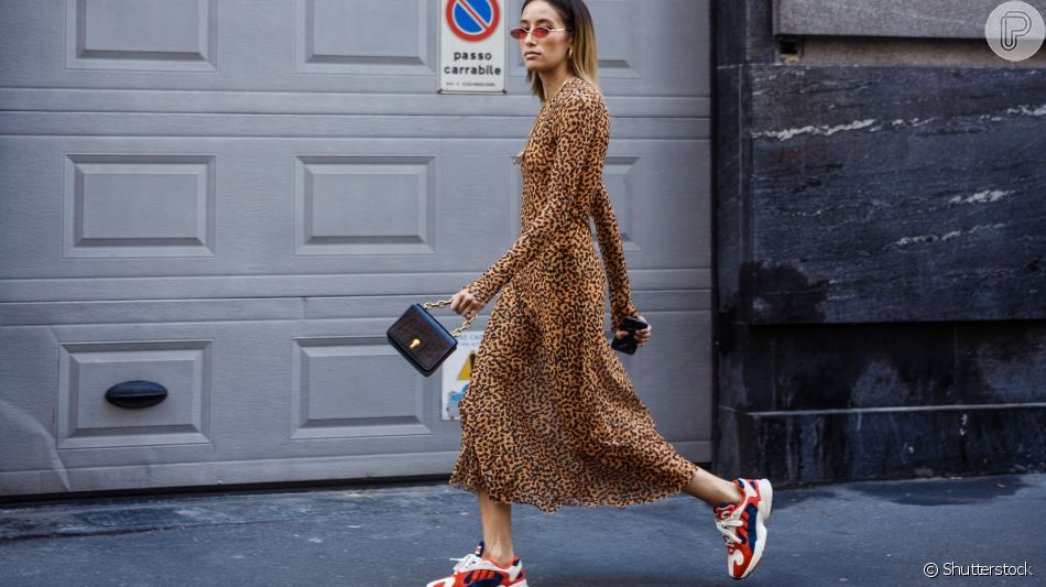 Vestido com tênis é uma moda supercool, aprenda a usar em 30 looks