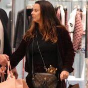 Viviane Araujo vai às compras de conjunto de veludo e bolsa grifada de R$ 7 mil