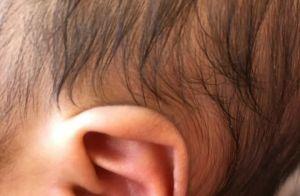 Ticiane Pinheiro mostra filha caçula de orelha furada e conta: 'Ela nem chorou'