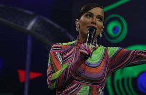 Anitta cumpre promessa e rebola de lingerie pela Amazônia. Vídeo!
