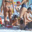 Isis Valverde conversa com amigas em praia no Rio