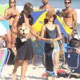 Isis Valverde e o marido, André Resende, deixam praia da Barra da Tijuca no Rio de Janeiro