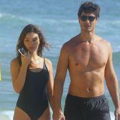 Isis Valverde aposta em maiô cavado para dia de praia com o marido. Fotos!