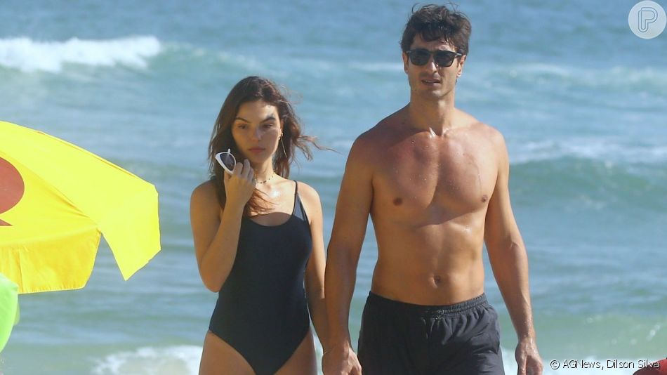 Isis Valverde e o marido, André Resende, curtem praia no Rio