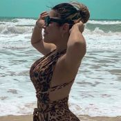 Na moda! Naiara Azevedo escolhe maiô com trend animal print para curtir praia