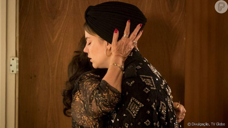 Rania (Eliane Giardini) sugere a Dalila (AliceWegmann) que ela crie a criança que está esperando na novela 'Órfãos da Terra'