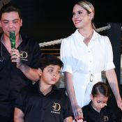 Iguais!Filha de Thyane Dantas, Ysis copia penteado da mãe para evento em família