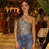 Trends de verão! Isis Valverde elege maiô animal print e jeans para evento