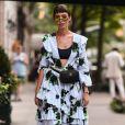 Vestido floral com top: a dica do street style é apostar em decotes mais profundos para usar com tops e sutiãs à mostra na primavera/verão 2020
