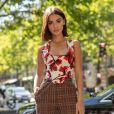 A calça de alfaiataria xadrez pode combinar com blusas floridas para compor um look mais leve