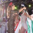 Juliana Paes coloca capa com bandeira da Grande Rio em Paolla Oliveira