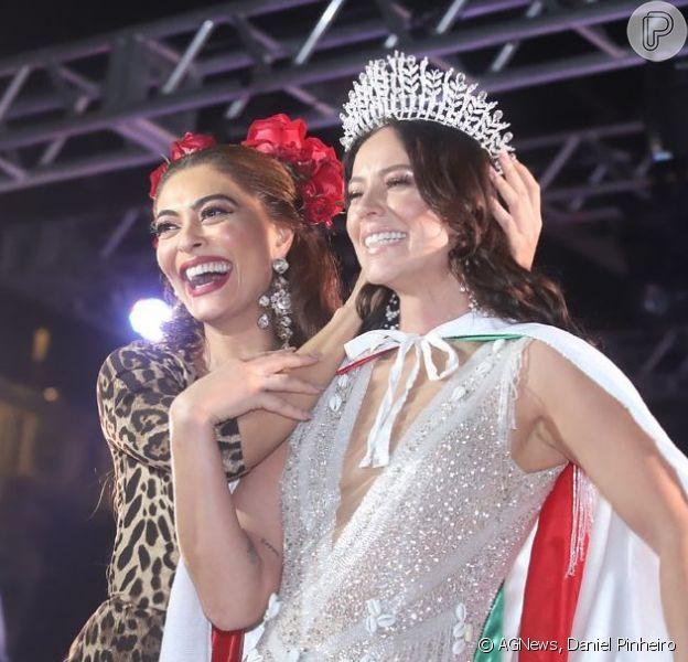 As atrizes Paolla Oliveira e Juliana Paes posaram juntas na coroação da primeira como rainha de bateria da Grande Rio, na quadra da escola na noite de sábado, dia 22 de setembro de 2019