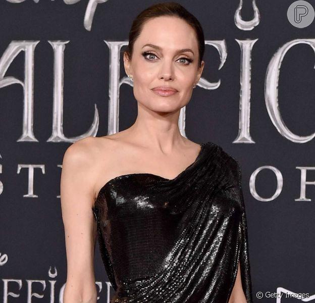 Angelina Jolie aposta em vestido drapeado assimétrico para lançar filme 'Malévola'