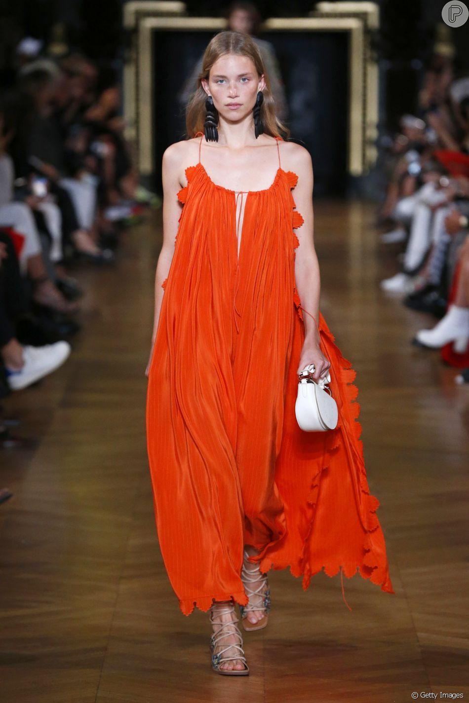 Um dos destaques da Semana de Moda de Paris para o verão 2020 foram os vestidos de festa em tons de laranja, como os de Stella McCartney