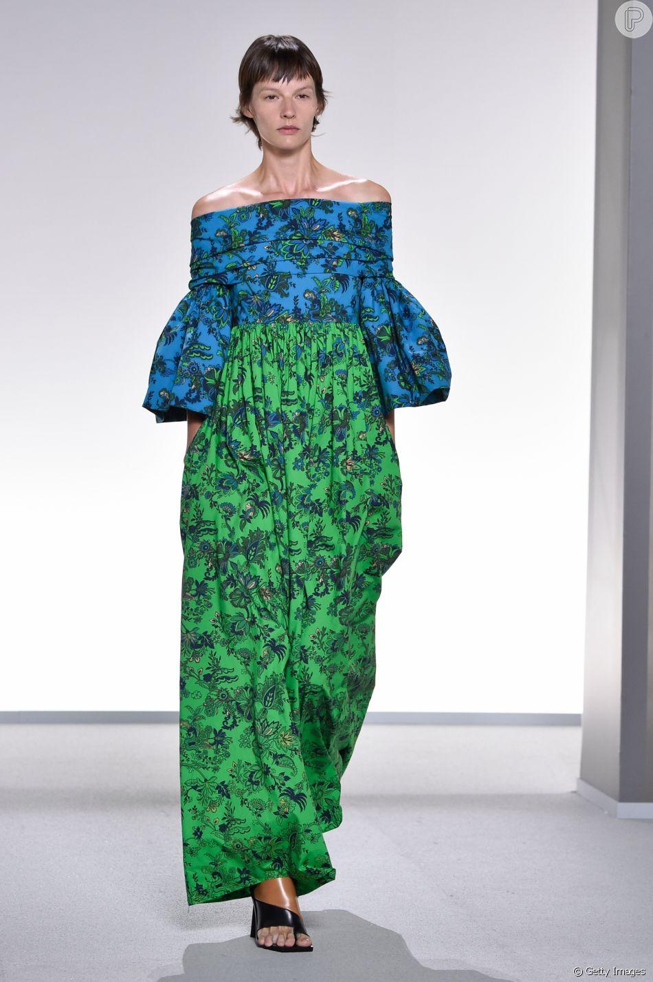 A estampa floral minimalista de Givenchy apareceu em vestidos fluidos e com mangas bufantes