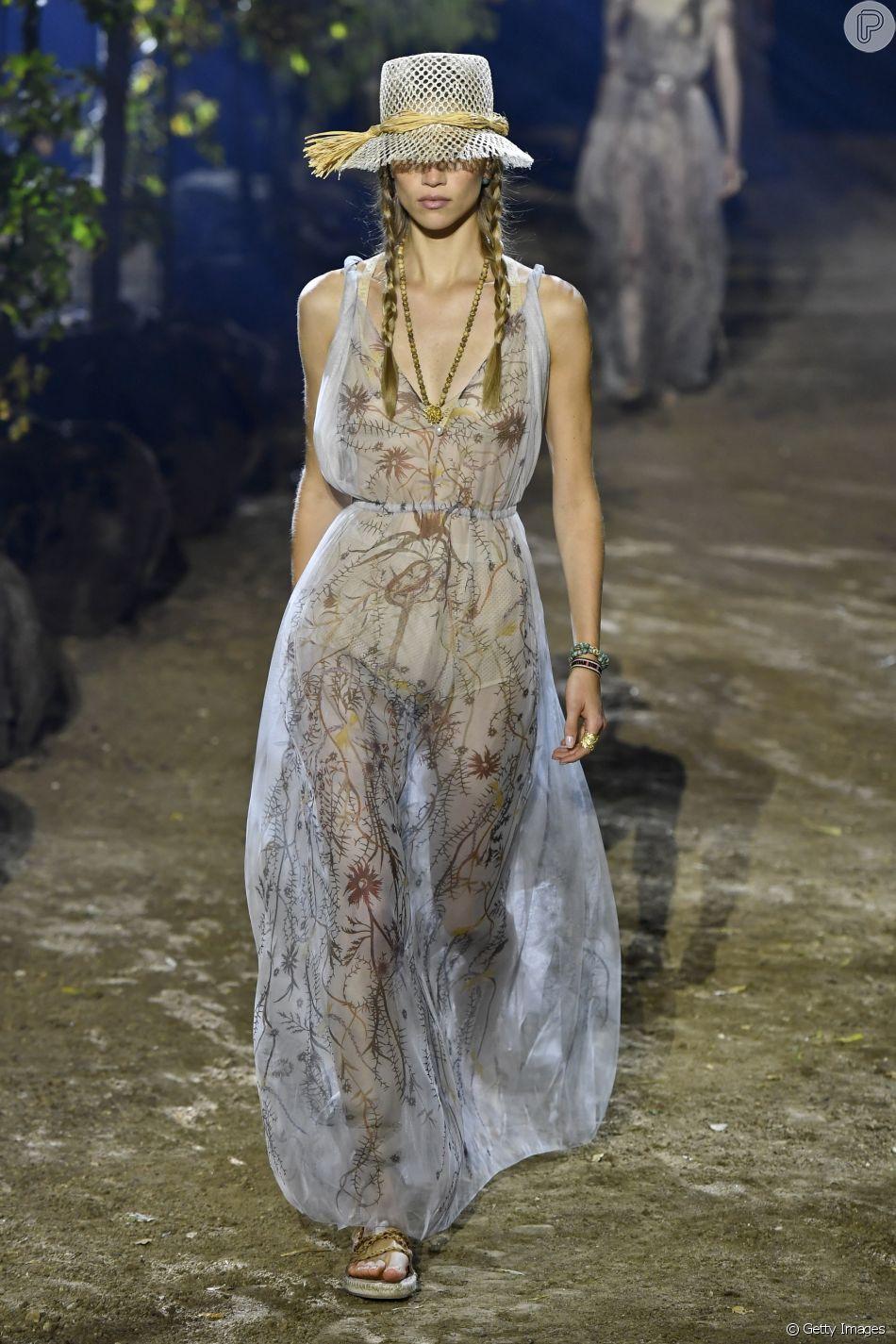 Os vestidos longos e com transparência da Dior foram destaques nas passarelas de Paris