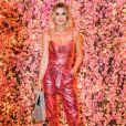 Look de Flávia Alessandra: atriz exibiu macacão rosa metalizado em homenagem ao mês de prevenção do câncer de mama