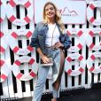 Moda jeans: a atriz Giovanna Lancellotti deixou o zíper lateral aberto para simular uma fenda na calça jeans