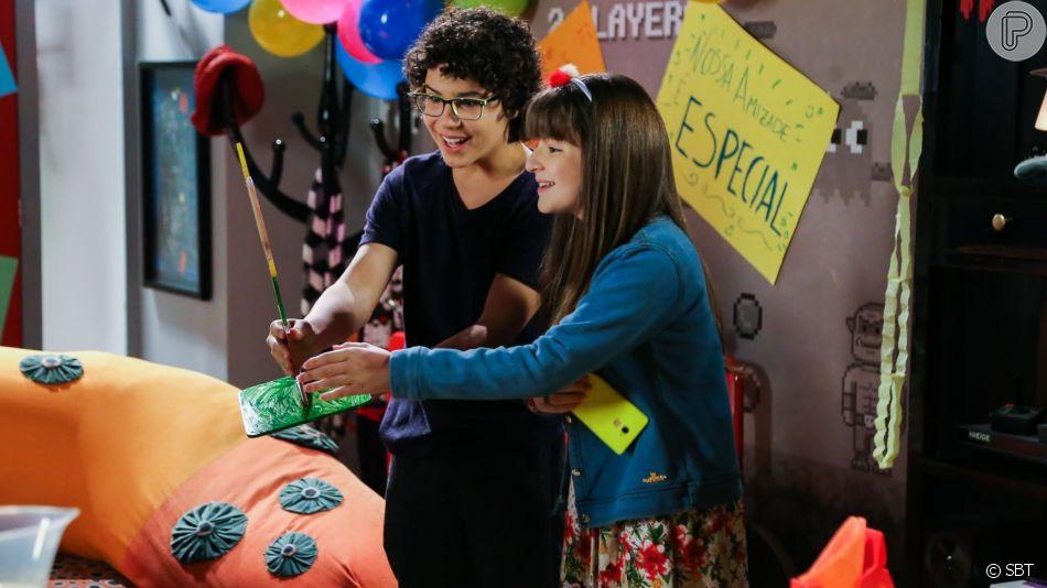 Amigos de Poliana (Sophie Valverde) e João (Ígor Jansen) fazem uma festa de despedida para eles na novela 'As Aventuras de Poliana'
