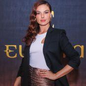 Minissaia e maxiblazer: Isis Valverde aposta em look estiloso para evento glam