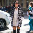 A cantora Halsey combinou a camisa branca - usada como vestido - com a bota over the knee, de salto pontudo durante a Paris Fashion Week de primavera e verão 2020