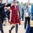 Olivia Palermo usou vestido xadrez  botas pretas over the knee ao prestigiar o desfile da Dior durante a Paris Fashion Week de Primavera e Verão 2020, em setembro de 2019