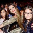 Mulher de Luciano Camargo, Flávia Fonseca foi ao show do marido com as filhas gêmeas, Helena e Isabella