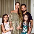 Luciano Camargo recebeu a mulher, Flávia Fonseca, e as filhas gêmeas, Isabella e Helena, de 9 anos, em camarim