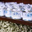 Os convidados do batizado do filho de Luma Costa receberam latinhas com balas de coco com a frase 'Levem doces lembranças do meu batizado'