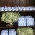 Lembrancinhas em branco e azul foram dadas aos convidados