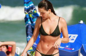 Sereia ao mar? Isis Valverde curte praia no Rio com biquíni verde. Fotos!