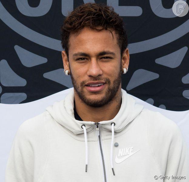 Em mansão, Neymar tampa rosto de Gabigol de quadro