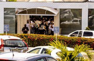 Marido de Ivete Sangalo acompanha cantora em enterro do irmão em Salvador. Fotos
