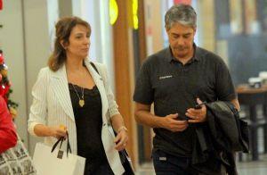William Bonner e mulher, Natasha Dantas, usam look casual em passeio. Fotos!
