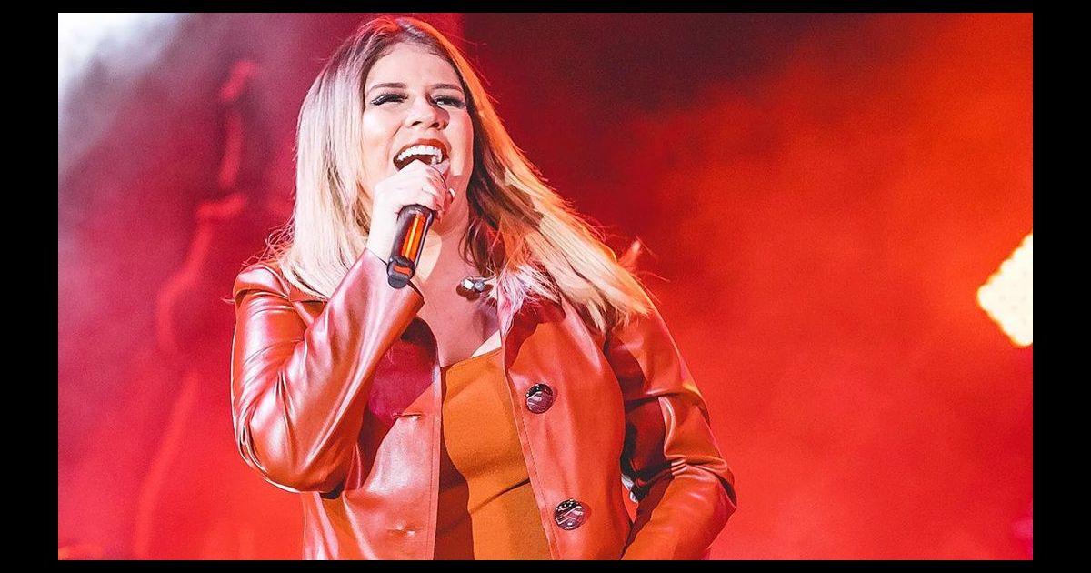 Moda de Marilia Mendonça: cantora usa jardineira e barriga de gravidez é destaque em look. Vídeo! - Purepeople.com.br