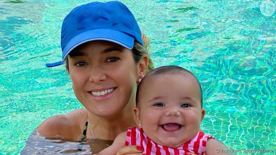 Ticiane Pinheiro levou a filha Manuella ao primeiro banho de piscina neste domingo, 24 de novembro de 2019