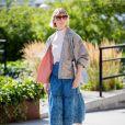A saia midi é uma boa opções para usar jeans sem passar calor no verão