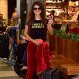 Paula Fernandes escolheu  conjunto de moletom de veludo para viagem