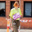 Moda verão 2020: o verde neon faz um match fashion e elegante com o marrom da estampa de oncinha