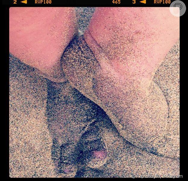 Grazi Massafera postou uma foto dos pés da sua filha com Cauã Reymon, Sofia, pela primeira vez na praia, em Fernando de Noronha