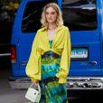 Vestido midi na moda: modelo tie-dye é justo ao corpo e funciona superbem com coturno