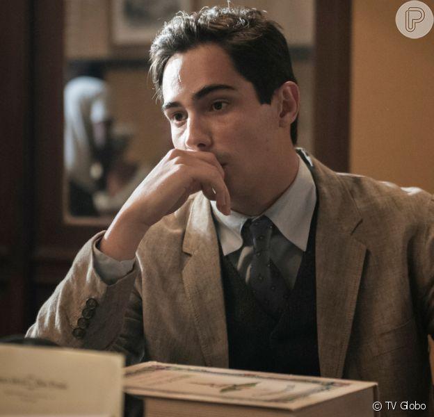 Carlos (Danilo Mesquita) se assusta ao receber notificação de outra dívida feita por Júlio (Antonio Calloni) e xinga o pai na novela 'Éramos Seis'