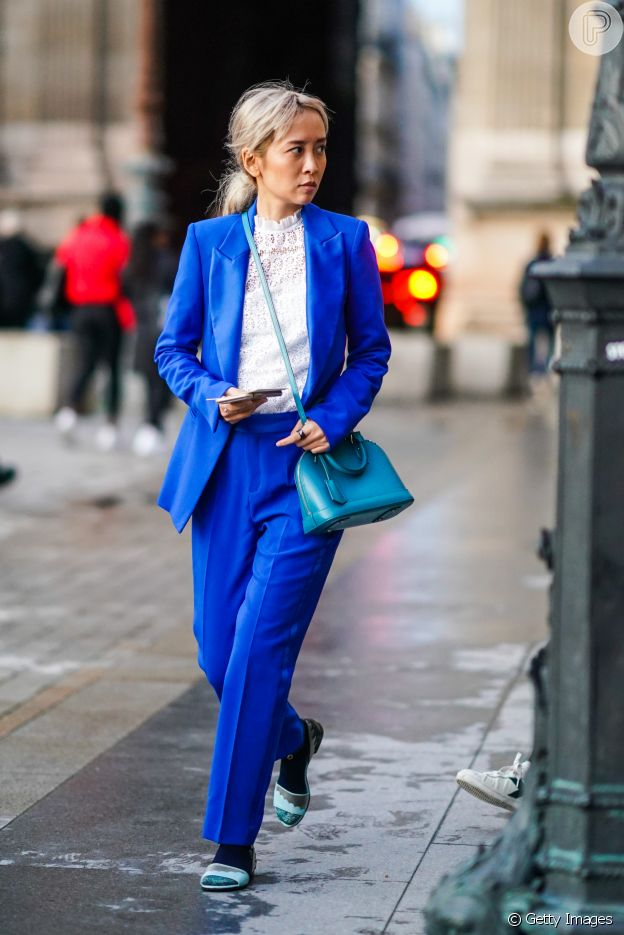O blazer azul é a peça-chave do office look para 2020