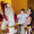 Filha de Sabrina Sato e Duda Nagle, Zoe recebeu a visita do Papai Noel e reação da menina deixou dúvida na apresentadora: 'Será que gostou?'