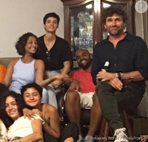 Camila Pitanga reúne ex-marido e atual namorada em festa de Natal em família