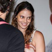 Com look florido, Laura Neiva deixa a maternidade com a filha, Maria. Fotos!