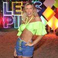 Lorena Improta usou cropped com mangas repletos de babados, jeans com cadarços coloridos e maxibrincos com detalhes fluorescentes