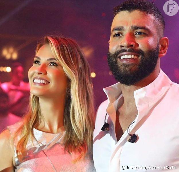 Mulher de Gusttavo Lima, Andressa Suita ganha beijo em palco e aposta em look estiloso para réveillon 2020 no palco nesta terça-feira, dia 31 de dezembro de 2019