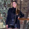 Suzanna Freitas aposta em couro, plumas, gola alta e meia-calça em look para curtir inverno na Europa