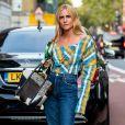 Tá na moda: bolsa com estampa de vaca funciona superbem com blusa xadrez colorida